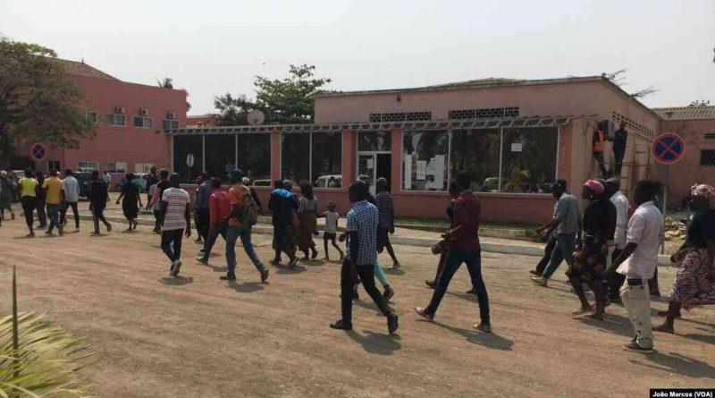 Vítimas dos desalojamentos forçados em Benguela marcharam nesta quarta-feira em direcção ao palácio do Governador Rui Falcão