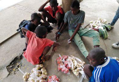 Benguela: Crianças lutam pela sobrevivência apesar do Estado de Emergência decretado pelo Governo Angolano