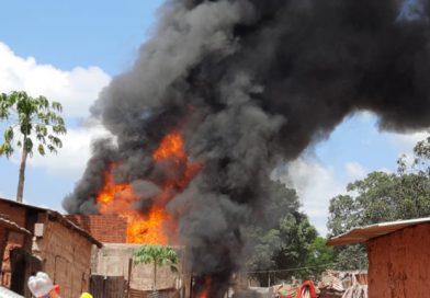 """Mulher escapa de um incêndio de """"grandes proporções"""" na Vila de Cafunfo"""