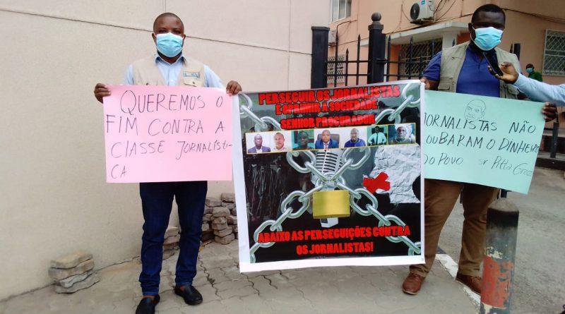 """Jornalistas angolanos """"perseguidos"""" pela justiça manifestam-se junto à PGR"""