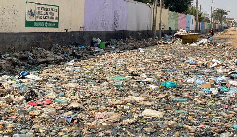 No Rangel: Moradores apelam remoção do lixo que invade entrada do prédio dos soviéticos no Marçal
